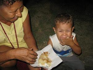 Avó Suely levou o neto Bruno para comer um pedaço do bolo (Foto: Perla Rodrigues/G1)