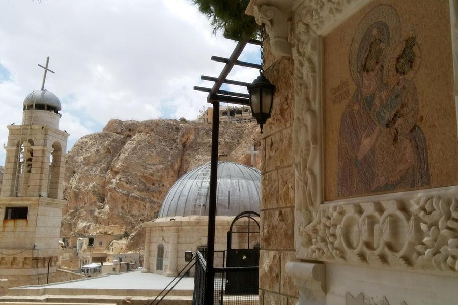 En Maalula convive el Monasterio de Santa Tecla ya restaurado con iconos profanados. En la cima de la colina, el destrozado Hotel Safir es testimonio de lo que allí ocurrió (Foto: Pablo Sapag M.)