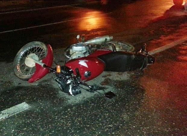 Vítimas estavam em uma Honda Titan de cor vermelha  (Foto: Passando na Hora)