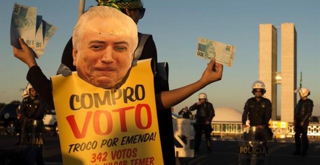 Manifestantes protestan contra el presidente Michel Temer frente al edificio del Congreso Nacional. - EFE