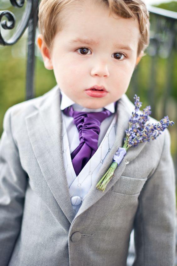 ein ring Inhaberaktien gekleidet in einen hellgrauen Anzug mit einer lila Krawatte und ein Lavendel-boutonniere