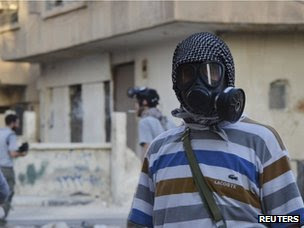 An activist wearing a gas mask in Zamalka (22 August 2013)
