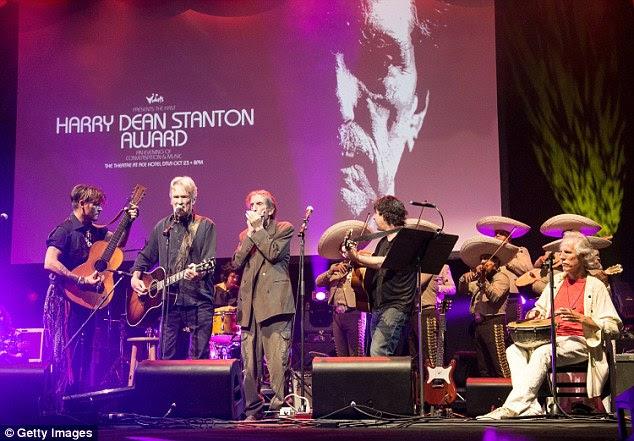 palco repleto de estrelas: Kris Kristofferson e John Densmore realizada com Johnny, Harry e um grupo mariachi