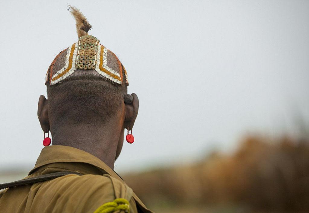 Tribo etíope recicla descartes do mundo moderno em acessórios de moda 10