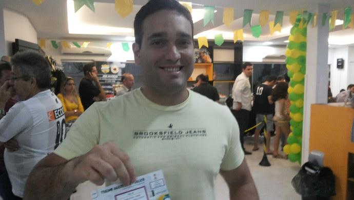 Estudante Edilson Júnior conseguiu sair da sede do ABC com o ingresso (Foto: Jocaff Souza/GloboEsporte.com)