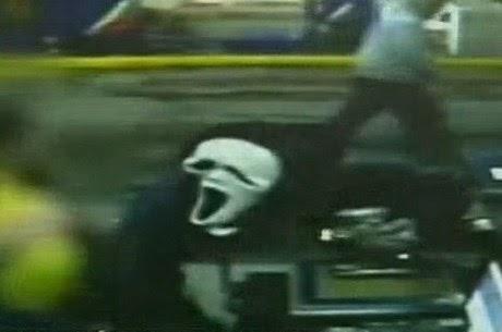 Bandido usa máscara de filme de terror para assaltar posto de gasolina