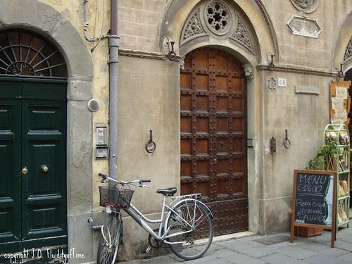 Pisa door with bicycle.jpg