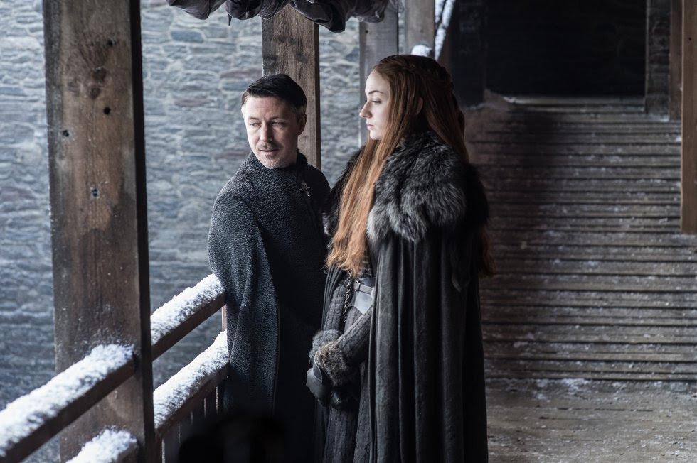 "Aiden Gillen como Petyr ""Meñique"" Belish y Sophie Turner como Sansa Stark."