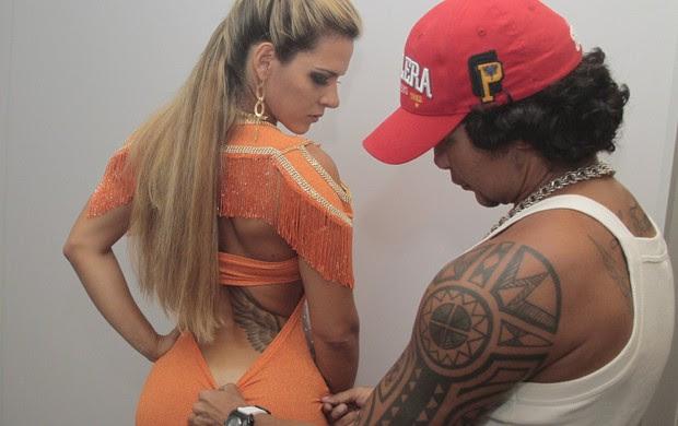 Denise Rocha usou vestido sem lingerie para ser coroada como musa gay no Rio (Foto: Isac Luz/EGO)