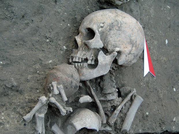 Restos de um homem com uma tigela de cerâmica foram encontrados em uma necrópole (Foto: National Institute of Archeology / AFP)