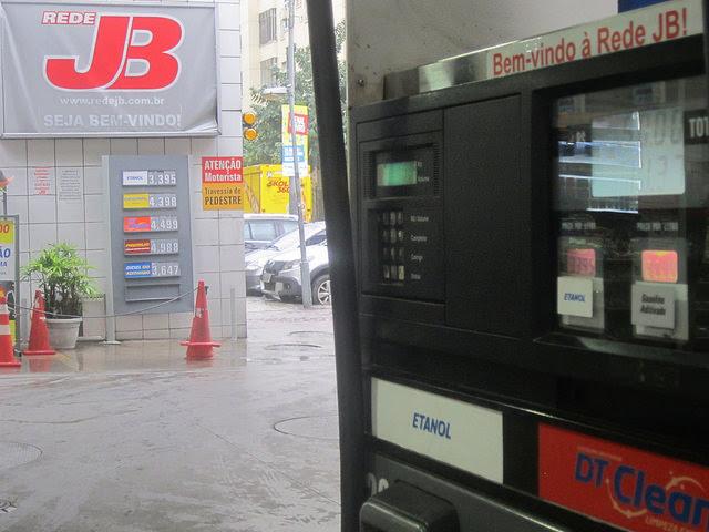 En la mayoría de las estaciones de servicio en Brasil, el consumidor puede elegir en el dispensador entre gasolina y etanol, cuyo precio resulta atractivo cuando no sobrepasa 70 por ciento del de la gasolina para compensar su menor rendimiento. Al caer los precios de la gasolina, se redujo el uso del biocombustible y ello elevó la contaminación en ciudades como São Paulo. Crédito: Mario Osava/IPS