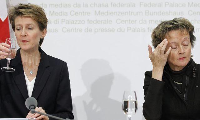 Zwei für eines: Simonetta Sommaruga (l.) und Eveline Widmer-Schlumpf sind beide in den Steuerstreit mit den USA involviert. (Archivbild vom 28. November 2010)