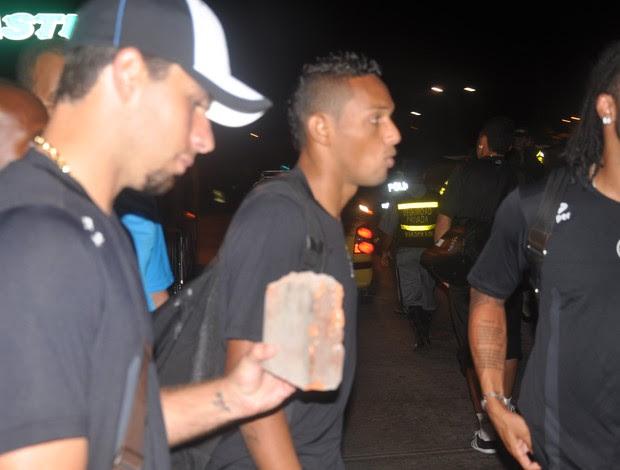 Ônibus do Grêmio recebido a pedradas em Barranquilla (Foto: Antônio Vicente Martins/Divulgação)