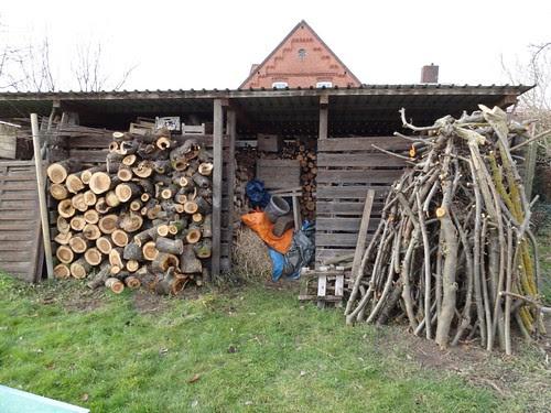 Holzschuppen mit Apfelwindbruchholz