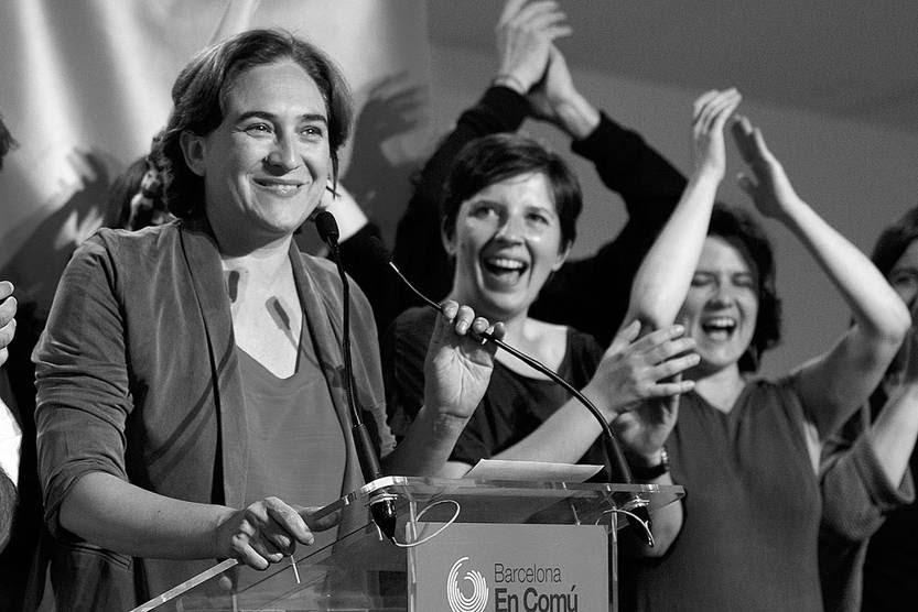 La candidata de la coalición de izquierda Barcelona en Común festeja durante una conferencia de prensa luego de las elecciones municipales y regionales de España, ayer, en Barcelona. Foto: Quique García, Afp