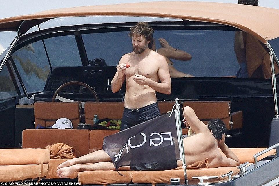 Juicy: O ator devorou alguns morangos frescos durante a tarde cruzeiro