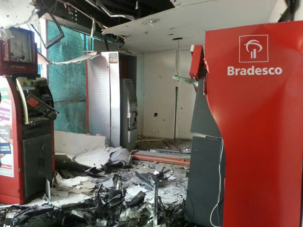 Caixas eletrônicos são alvo de criminosos em Guarujá (Foto: Solange Freitas/TV Tribuna)