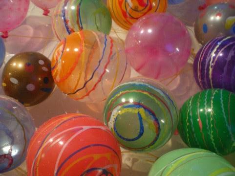 フリー素材 夏祭りの出店のヨーヨーすくいの水風船をアップで撮影した