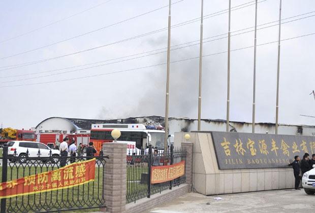 Incêndio em abatedouro de aves deixou mais de 100 mortos na China (Foto: AP/Xinhua, Wang Haofei)