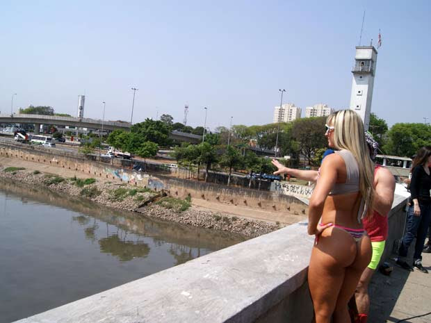 Manifestantes pedem a despoluição do Rio Tietê