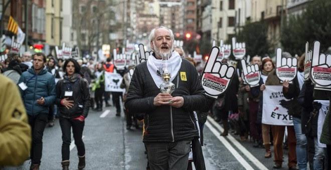Uno de los manifestantes contra la dispersión de los presos abertzales, hoy, en Bilbao.-  y la dispersión de los presos de ETA, hoy en Bilbao. EFE/JAVIER ZORRILLA