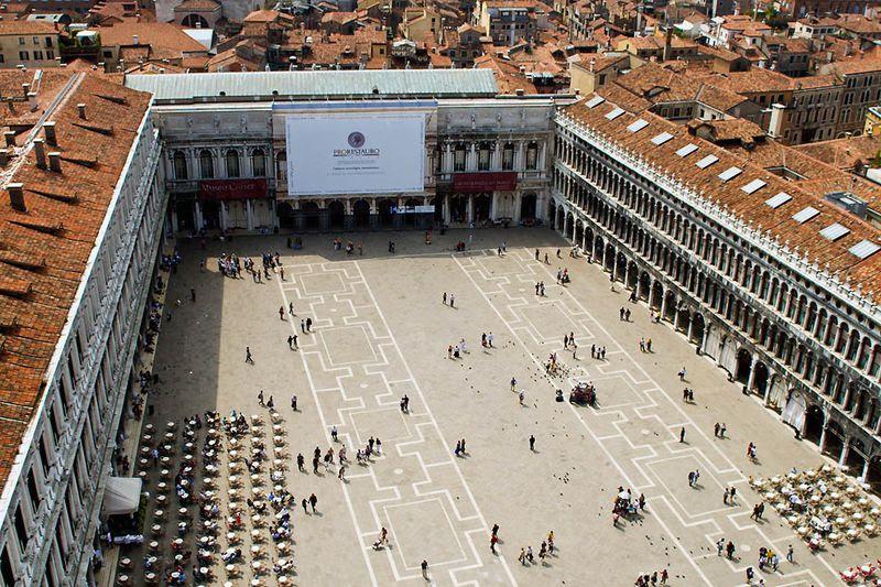 2. Пройтись по площади Сан-Марко<br>Центральная площадь Венеции, Сан-Марко, является, наверное, самым знаменитым местом этого города. Первый собор Св. Марка была построен здесь еще в IX веке. Рядом с собором находится величественное главное здание Венеции – Дворец дожей. Вся площадь считается основным архитектурным ансамблем Венеции. И еще одна знаменитейшая черта площади Сан-Марко – это огромные стаи голубей. Человеку достаточно просто остановиться на несколько минут, как они начинают садиться прямо на плечи и на руки.