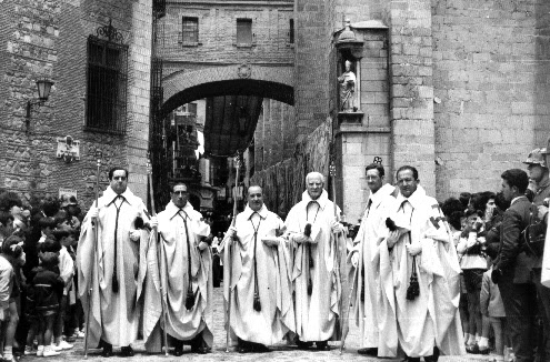 Los Caballeros del Santo Sepulcro desfilan ante el arco de Palacio en 1973