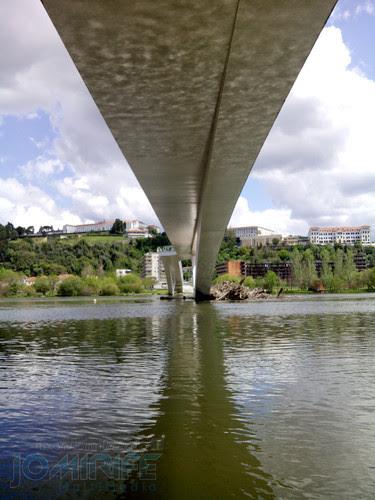 Debaixo da Ponte pedonal Pedro e Inês em Coimbra. Under the Pedestrian Bridge Pedro and Inês in Coimbra