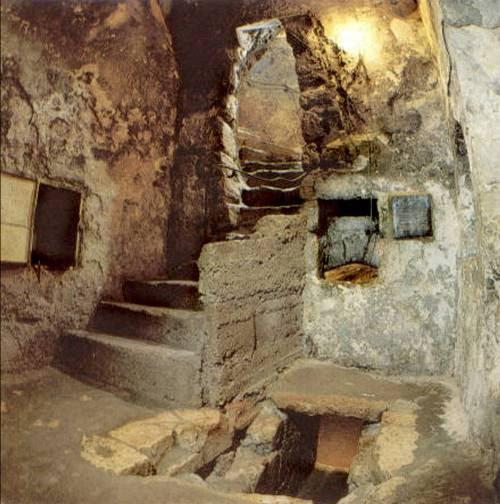 Το εσωτερικό του τάφου. Δεξιά η σκάλα που κατεβαίνει είναι ο νεκρικός θάλαμος.