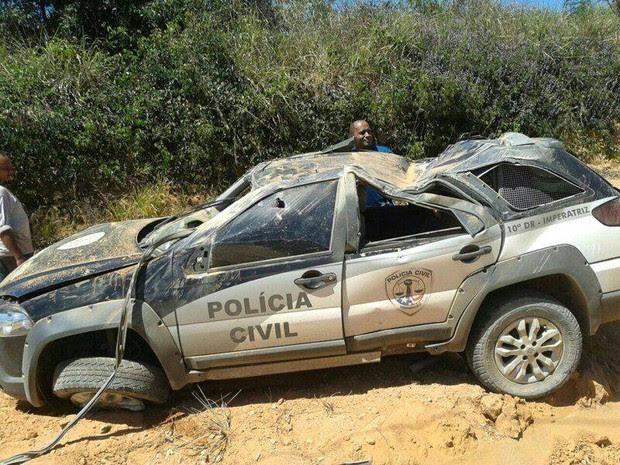 Viatura ficou totalmente destruída após acidente