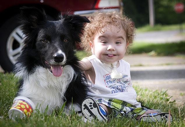 Kaiba Gionfriddo brinca com seu cachorro, Bandit, em sua casa em Ohio, nos EUA