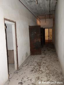 «Η αρχιτεκτονική των χώρων της φυλακής θυμίζει σαφώς τις εγκαταστάσεις των ναζιστικών στρατοπέδων συγκέντρωσης», επισημαίνει ο Κώστας Κατσιμπίνης