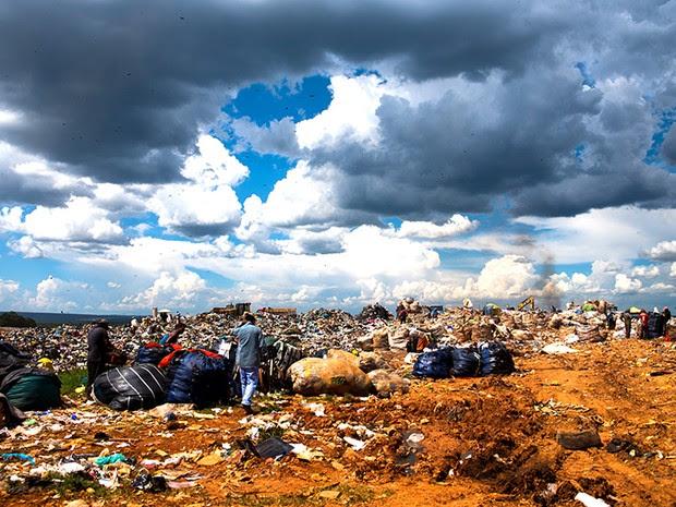 O governo do Distrito Federal diz que desativará o lixão neste ano. Mas é possível que área leve três décadas para se recuperar depois disso.  (Foto: Paula Fróes)