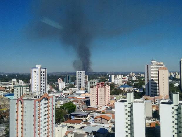Incêndio atinge área interna do CTA em São José dos Campos (Foto: Alexandre Cruz/Vanguarda Repórter)