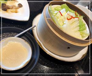 野菜料理も3種類ありますよ。皆お気に入りのキャベツの蒸し物。