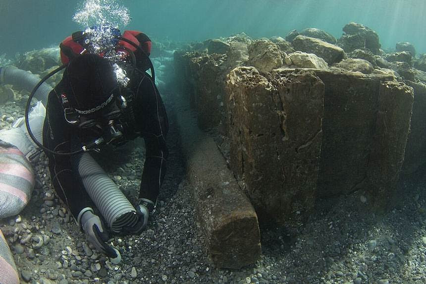 Un arqueólogo investiga los cajones de madera, de mediados del siglo V d.C., diseñados para crear una base sólida en el fondo marino y contener la fuerza del mar.