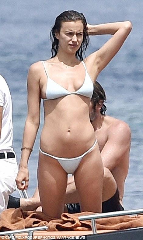 Hot to trot: O biquíni minúsculo apresentou figura esbelta de Irina e barriga lisa ao máximo