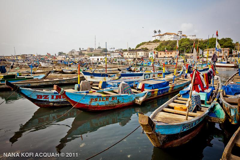 Elmina - Resting canoes