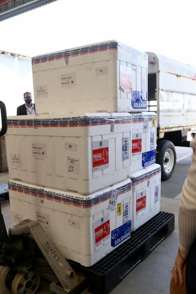 RN recebe novo lote com 51,4 mil doses de vacina; amanhã segue doses para todos os 167 municípios do Estado