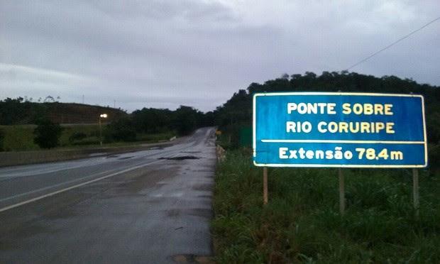 Fenda foi aberta próximo a ponte que fica sobre trecho do Rio Coruripe (Foto: Divulgação/PRF)