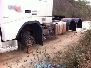 Roubo de pneus de caminhão em Lajedo, no Agreste de Pernambuco (Foto: Danilo César/ TV Asa Branca)