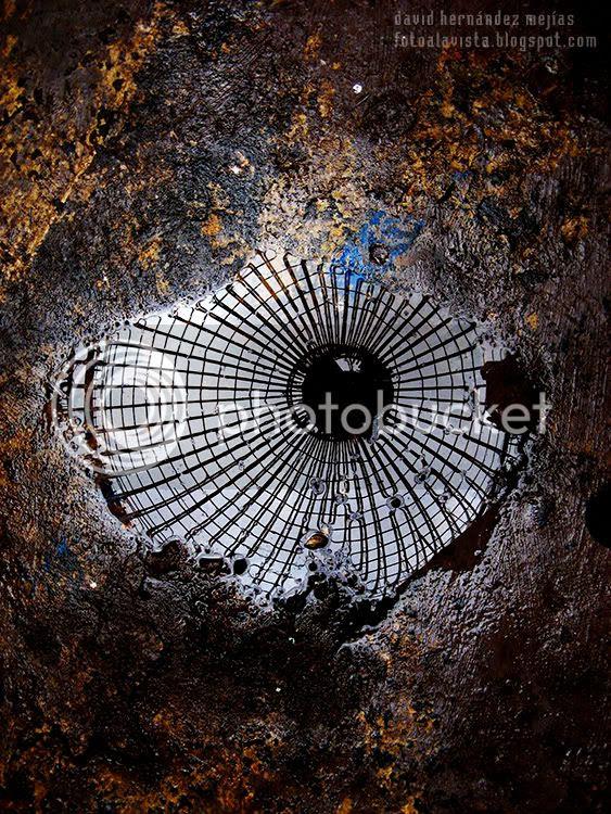 Reflejo en un charco de la cúpula de la catedral de Justo, en Mejorada del Campo, Madrid, sobre el suelo de hormigón manchado con las pinturas utilizadas para los frescos de la paredes