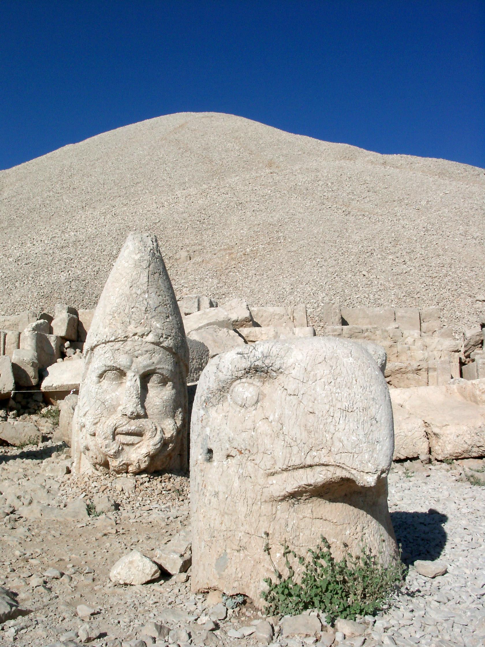 http://upload.wikimedia.org/wikipedia/commons/a/ad/Mount_Nemrut.jpg