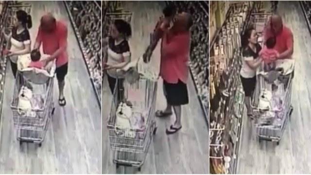 O homem tenta pegar o bebê num supermercado