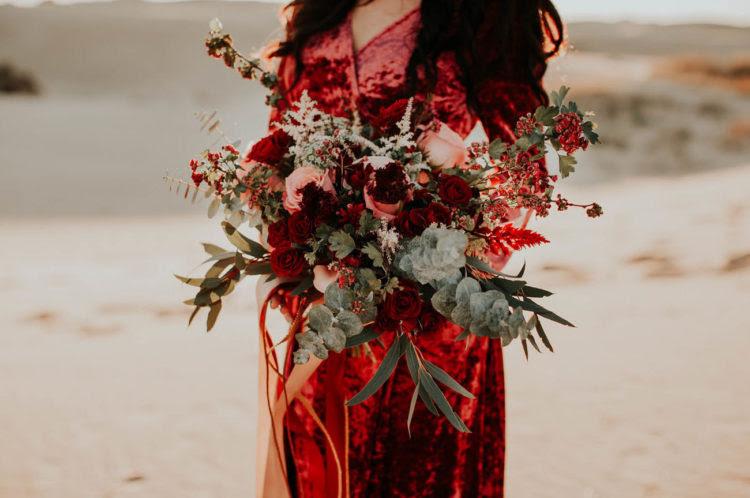 Der Brautstrauß wurde geschaffen, um zu ergänzen Ihre roten samt-Kleid