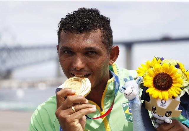 Baiano Isaquias ganha R$ 330 mil em prêmios e férias de cinco meses após ouro nas Olimpíadas