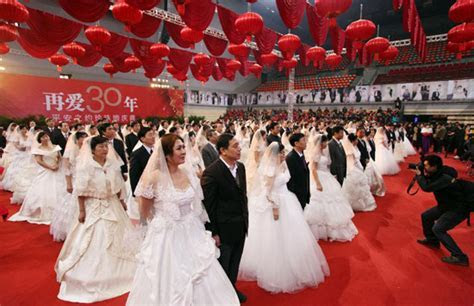 Hundred couples celebrate pearl wedding anniversary in