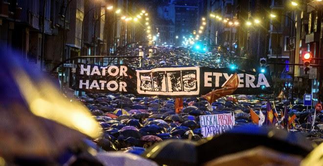 Imagen de la marcha ha recorrido Bilbao para 'denunciar' la política penitenciaria que se aplica a los presos de ETA.EFE/Javier Zorilla