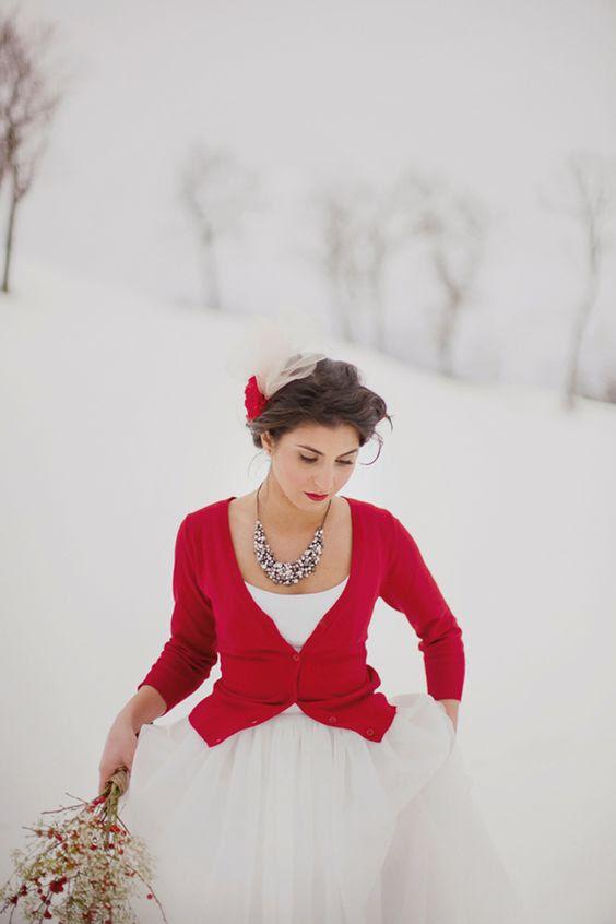eine heiße rote Jacke, eine Anweisung-Halskette und rote Lippen sind alles, was Sie brauchen, um accessorize eine einfache Hochzeit Kleid