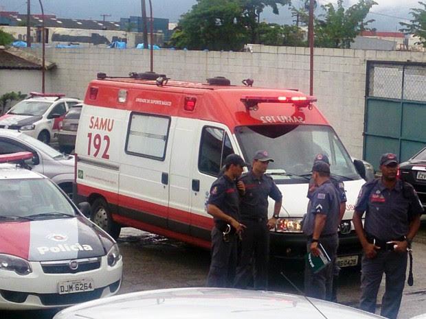 Criança morre após ficar presa dentro de carro em Santos, SP (Foto: LG Rodrigues/G1)